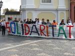 Riesige Transparente vor dem Rathaus. Solidarität mit KBA. nach links und nach rechts verteilten sich die Menschen an den Händen haltend.